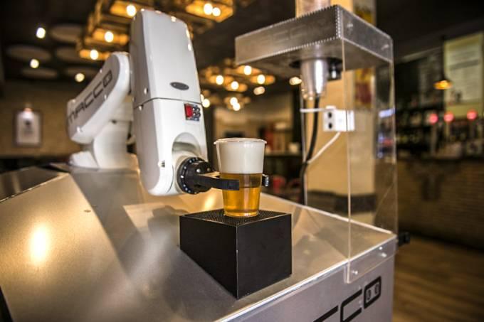Garçom-robô na Espanha permite degustar cerveja com distanciamentosocial