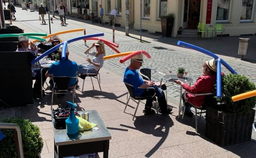Café alemão cria solução inusitada para obrigar clientes a manter distância socialrecomendada
